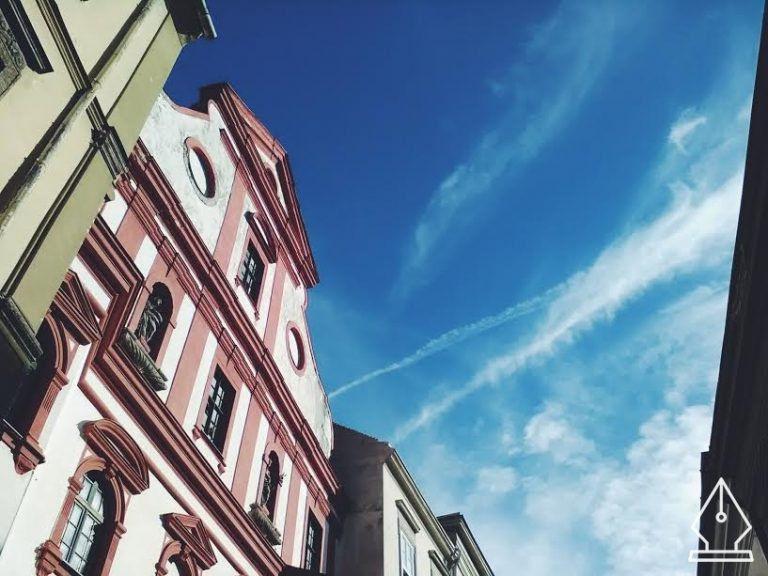 Roskadó téglatornyok a kék ég alatt – Sopron csodái