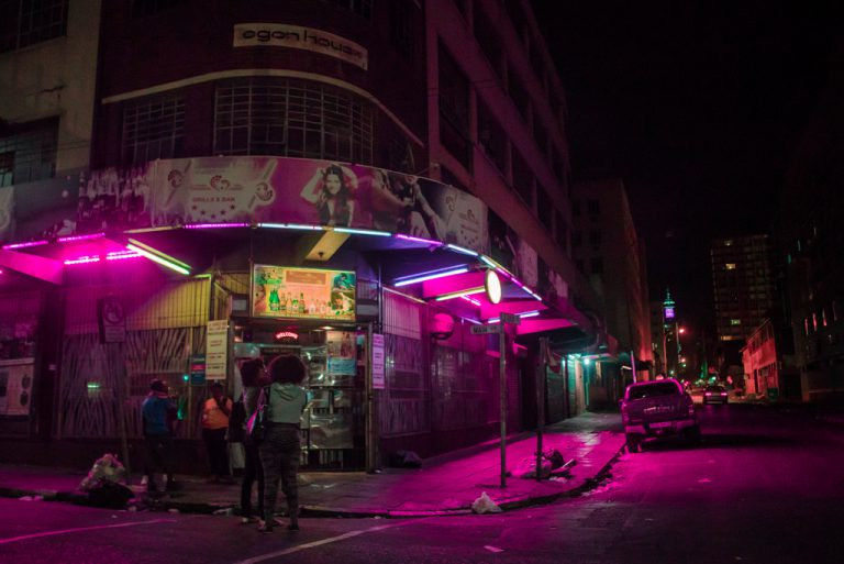 Neonba burkolt világ – Elsa Bleda fényképei