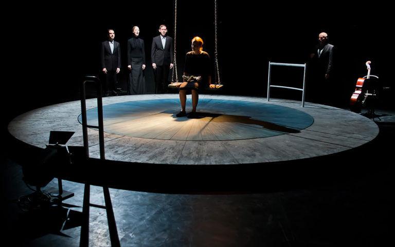 Temetni, temetni – A halottember a Szkéné Színházban