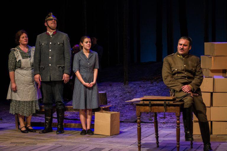 Dobozok és fecskendő – Tóték a Szegedi Nemzeti Színházban