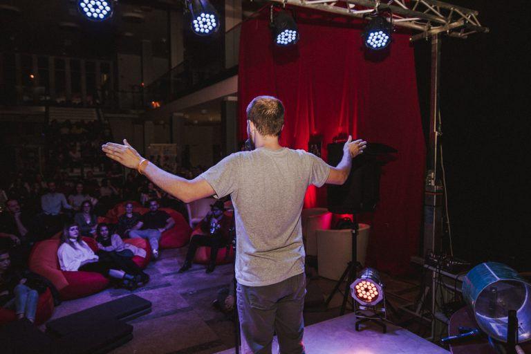 Vallomások éjszakája – A Savaria Slam Poetry októberi klubestje