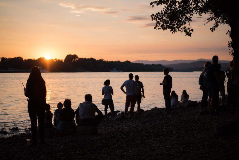 Zene, színház és a holdfényes Duna-part – VéNégy, a Dunakanyar legsokszínűbb fesztiválja
