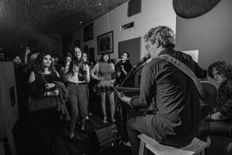 Képeken a Meg Egy Cukorka zenekar első akusztikus koncertje