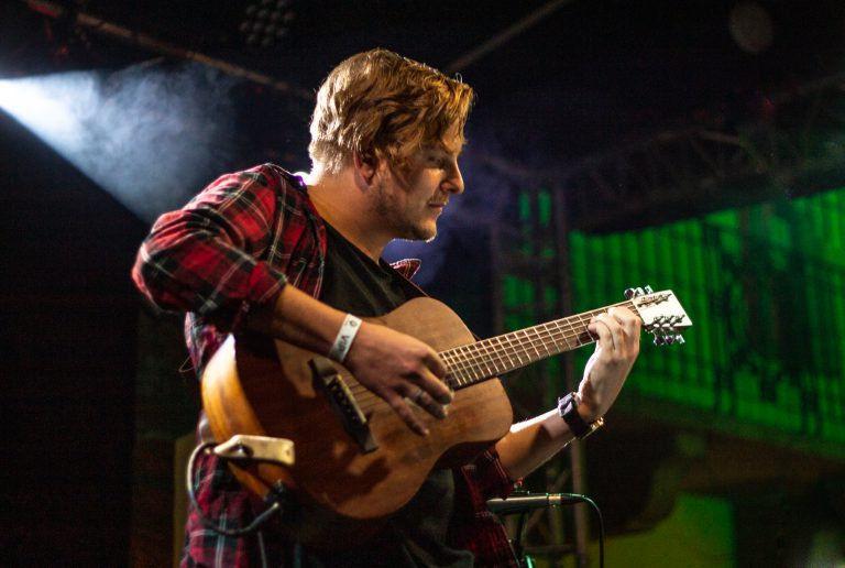 Egy szál gitáros est az Ellátóházban – Siklósi Őrs és Száraz Bence estje
