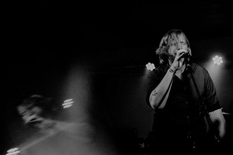 Összefésülve nappal és éj – Hiperkarma és Esti Kornél koncertek a Végállomás Klubban