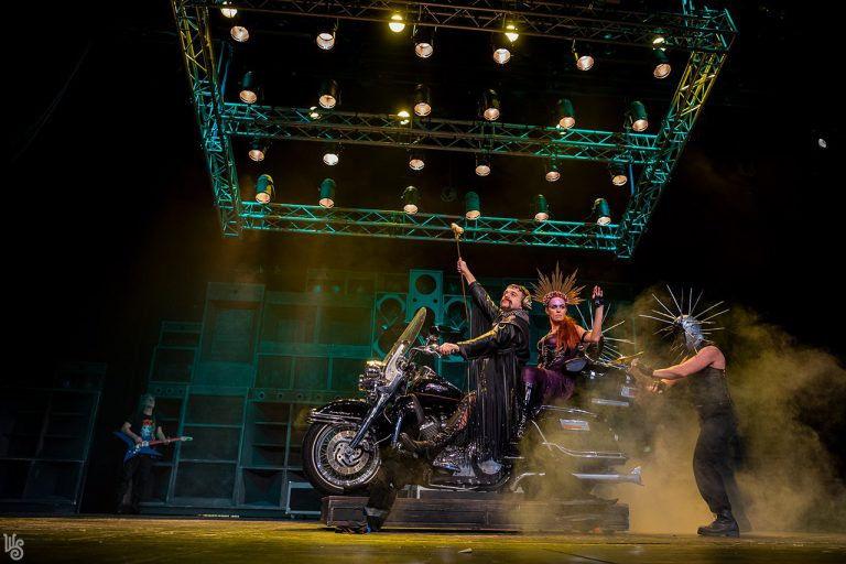Fekete humorral Róma ellen – Titus Andronicus a Weöres Sándor Színház előadásában