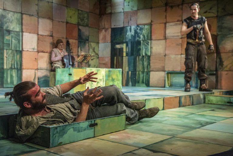 Pomelók, falafelek, és a Csapodárok – A Radnóti Színház új komédiája