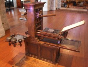 Gutenberg-korabeli nyomdagép. (Forrás: https://glencairnmuseum.com)