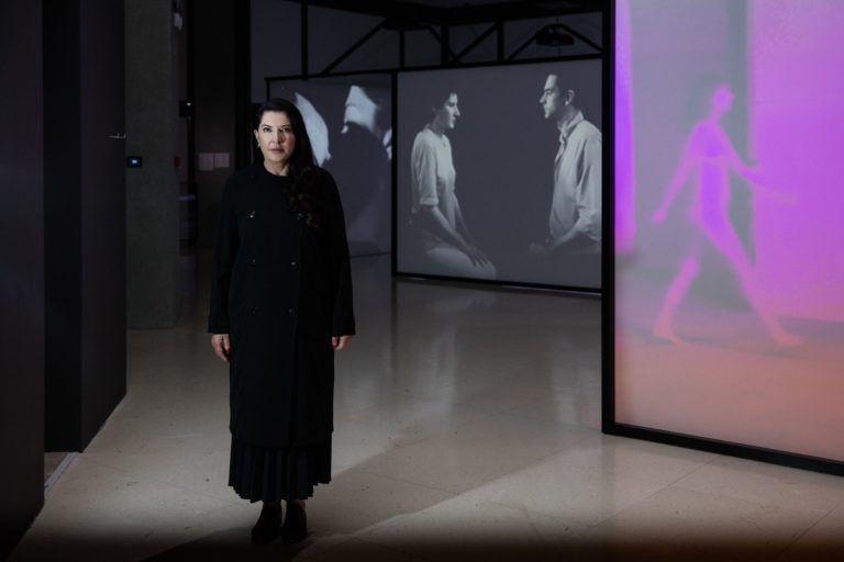 A fájdalom a (jó) művészet alapja? – Marina Ambramović: Aki átment a falon könyvajánló